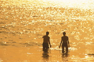 カアナパリビーチの外国人カップルのシルエット  マウイ ハワの写真素材 [FYI03845172]