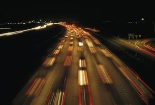 フリーウェイの光跡   サンディエゴ アメリカの写真素材 [FYI03845269]