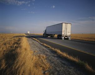 草原の道を走るトラック フレズノ アメリカの写真素材 [FYI03845270]
