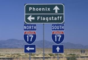 17号線の道路標識 アリゾナ アメリカの写真素材 [FYI03845282]