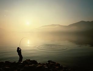 中禅寺湖の釣り人 日光 栃木県の写真素材 [FYI03845292]