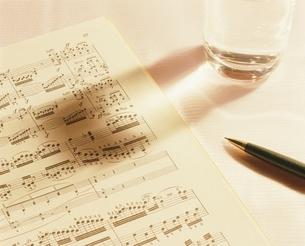 楽譜とペンの写真素材 [FYI03845293]