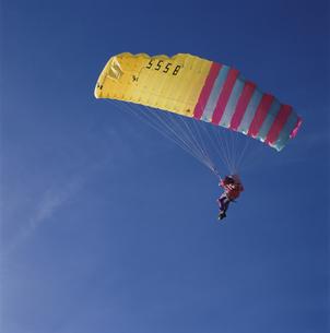 パラグライダーをする人物 グリンデルワルド スイスの写真素材 [FYI03845341]