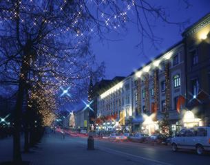 クリスマスシーズンのヨハン通りの風景 オスロ ノルウェーの写真素材 [FYI03845377]