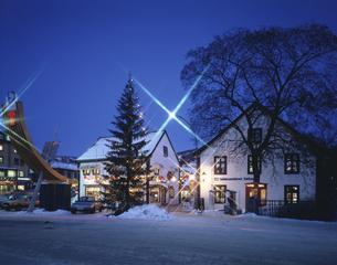 クリスマスシーズンのリレハンメル住宅街の風景 ノルウェーの写真素材 [FYI03845378]