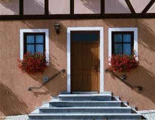 窓辺の花と玄関の写真素材 [FYI03845457]