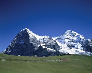 アイガー・メンヒと登山電車 スイスの写真素材 [FYI03845461]