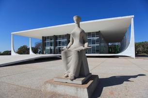 三権広場の目隠し裁判の像と最高裁判所の写真素材 [FYI03845837]