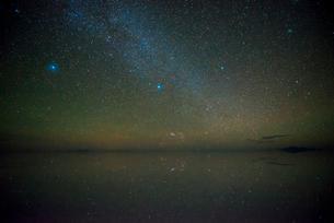 星空のウユニ塩湖の写真素材 [FYI03845923]