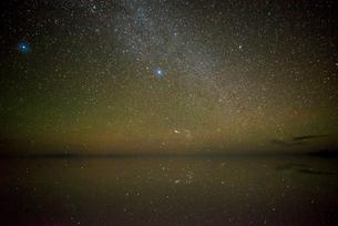 星空のウユニ塩湖の写真素材 [FYI03845925]