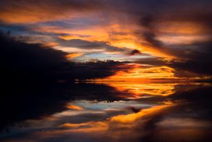 夕日に染まるウユニ塩湖の写真素材 [FYI03845926]