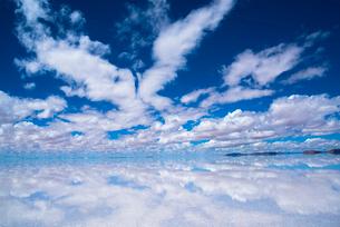 鏡張りのウユニ塩湖の写真素材 [FYI03845927]