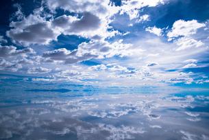 ウユニ塩湖と白雲の写真素材 [FYI03845928]