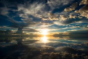 鏡張りのウユニ塩湖  夕日の写真素材 [FYI03845932]