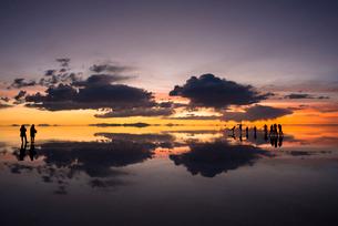 夕暮れのウユニ塩湖の写真素材 [FYI03845934]