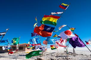 ウユニ塩湖の万国旗の写真素材 [FYI03845939]