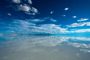 鏡張りのウユニ塩湖 の写真素材 [FYI03845942]