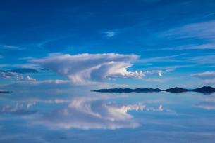 鏡張りのウユニ塩湖の写真素材 [FYI03845954]