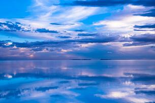 鏡張りのウユニ塩湖の写真素材 [FYI03845959]