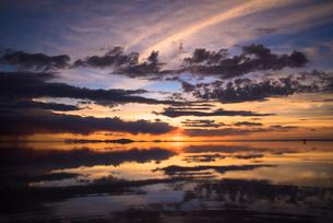 鏡張りのウユニ塩湖の写真素材 [FYI03845960]