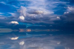 鏡張りのウユニ塩湖の写真素材 [FYI03845963]