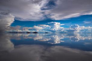 鏡張りのウユニ塩湖の写真素材 [FYI03845973]