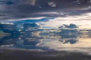 鏡張りのウユニ塩湖の写真素材 [FYI03845974]