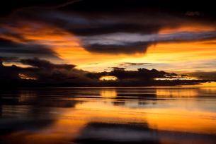 鏡張りのウユニ塩湖の写真素材 [FYI03845977]