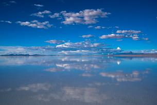 鏡張りのウユニ塩湖の写真素材 [FYI03845981]