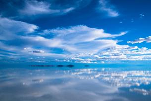 鏡張りのウユニ塩湖の写真素材 [FYI03845983]