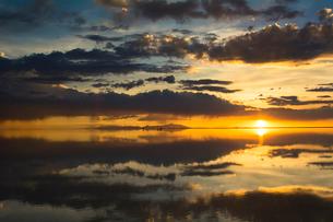 鏡張りのウユニ塩湖の写真素材 [FYI03845989]