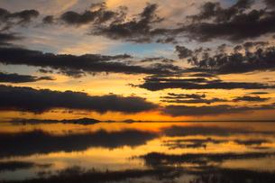 鏡張りのウユニ塩湖の写真素材 [FYI03845990]