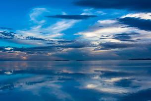 鏡張りのウユニ塩湖の写真素材 [FYI03845991]