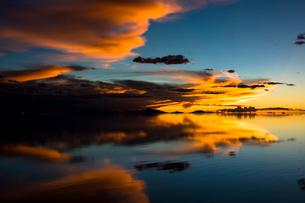 鏡張りのウユニ塩湖の写真素材 [FYI03845993]