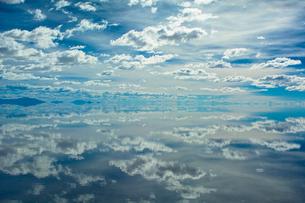 鏡張りのウユニ塩湖の写真素材 [FYI03846000]