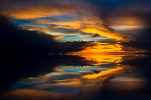 鏡張りのウユニ塩湖の写真素材 [FYI03846001]