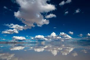 鏡張りのウユニ塩湖の写真素材 [FYI03846017]