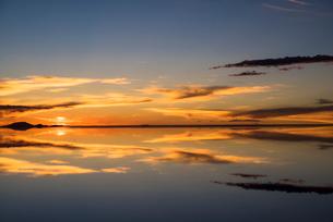 鏡張りのウユニ塩湖の写真素材 [FYI03846018]