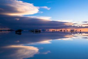 鏡張りのウユニ塩湖の写真素材 [FYI03846019]