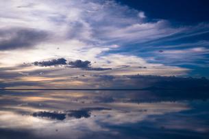 鏡張りのウユニ塩湖の写真素材 [FYI03846020]