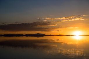 鏡張りのウユニ塩湖の写真素材 [FYI03846022]
