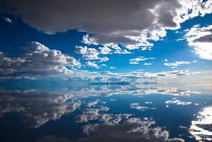 鏡張りのウユニ塩湖の写真素材 [FYI03846028]