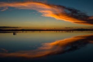 鏡張りのウユニ塩湖の写真素材 [FYI03846033]