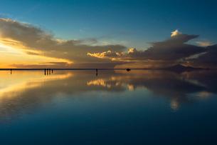 稲妻が走るウユニ塩湖の写真素材 [FYI03846035]
