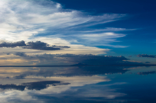 鏡張りのウユニ塩湖の写真素材 [FYI03846036]