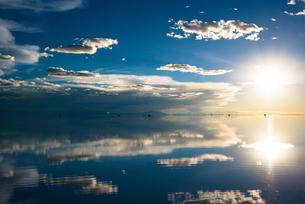 鏡張りのウユニ塩湖の写真素材 [FYI03846038]