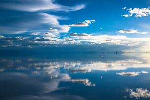 鏡張りのウユニ塩湖の写真素材 [FYI03846039]