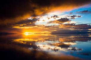 鏡張りのウユニ塩湖の写真素材 [FYI03846046]