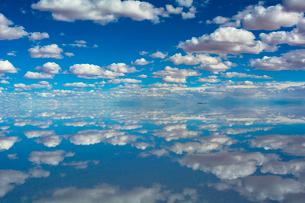 鏡張りのウユニ塩湖の写真素材 [FYI03846053]