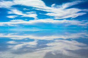鏡張りのウユニ塩湖の写真素材 [FYI03846054]
